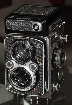 yashica-mat 124 vintage twin-lens film camera 1964